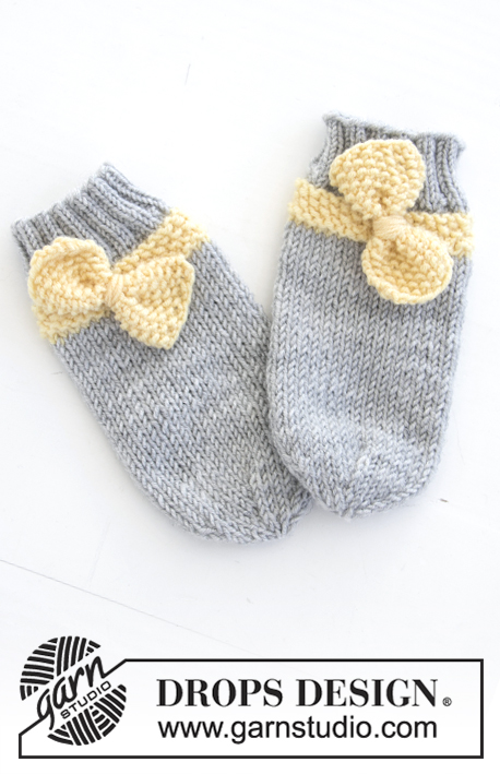 Little Miss Ribbons Socks / DROPS Baby 31-12 - Knitted baby tube socks with moss stitch and bow. Sizes 1 month - 4 years. The piece is worked in DROPS BabyMerino.