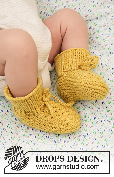 Stroll in the Park Booties / DROPS Baby 33-27 - Knitted slippers for babies with false cables in DROPS BabyMerino. Sizes Premature - 4 years.