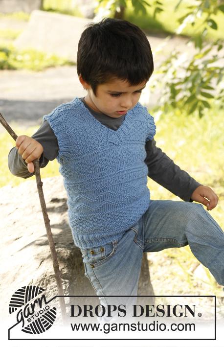 """Luca / DROPS Children 22-42 - DROPS pletená chlapecká vesta se strukturálním vzorem z příze """"Karisma"""". Velikost 3 - 12 let."""