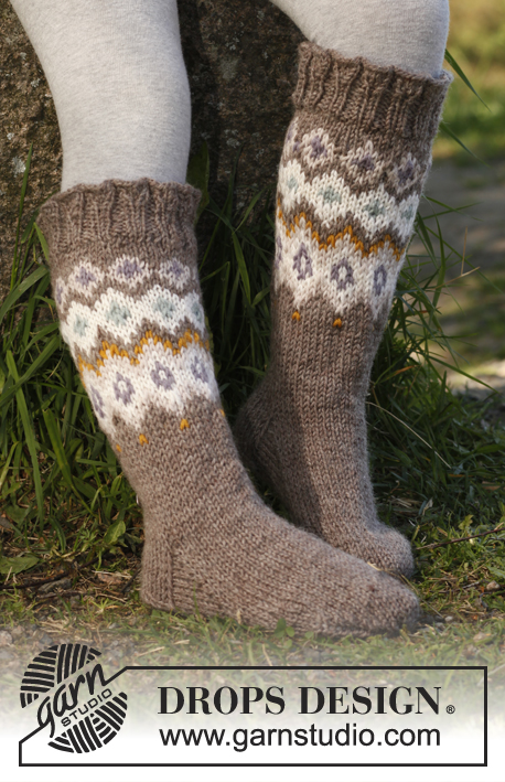 Silje socks / DROPS Children 23-17 - Knitted socks with pattern and flounce in DROPS Karisma. Size 22 - 37.