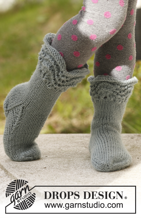 Lacey steps / DROPS Children 23-20 - Knitted socks with wave pattern in DROPS Karisma. Size 22 - 37.