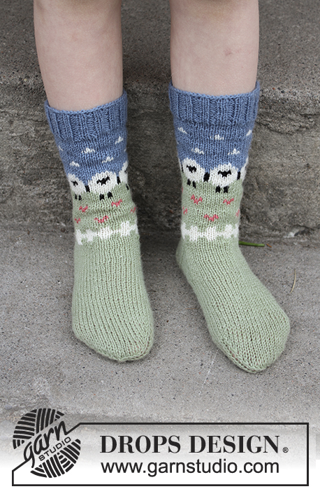 Summer Grazing for Kids / DROPS Children 28-10 - Children socks with sheeps in DROPS Flora.