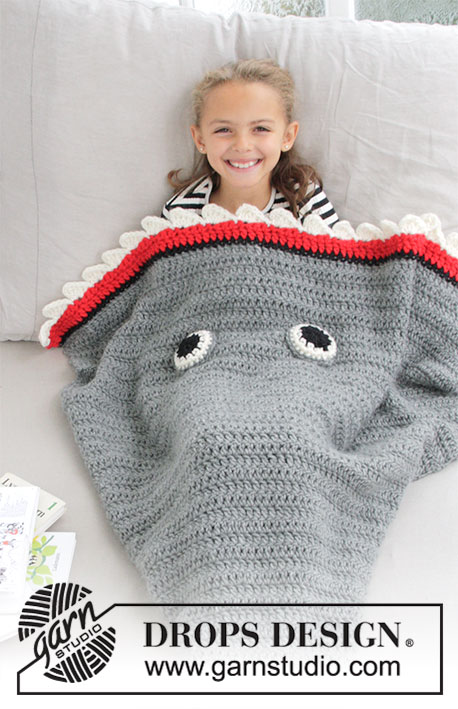 Shark Attack Blanket / DROPS Children 28-13 - Couverture requin crochetée en DROPS Eskimo. Taille enfant, du 3 au 14 ans.